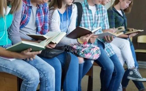 Adolescentes leyendo libros y frases de motivación.