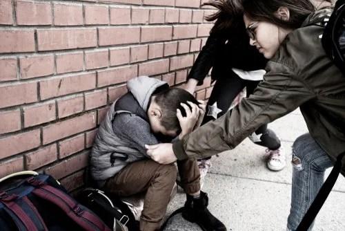 Niño recibiendo golpes y abusos a la salida del colegio.