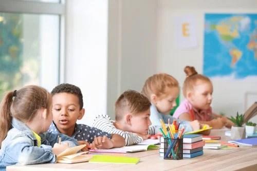 Niños en clase trabajando sobre la contaminación acústica en el aula.