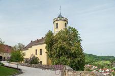 Schloß Möhren met binnenplaats. Uitzicht over het dorp en heuvels.