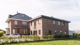 De bekroonde bollenschuur en het woonhuis aan de Rijnsburgerweg 43a in Oegstgeest. Foto's: Rob van Dijck/ Werkgroep Bollenerfgoed.