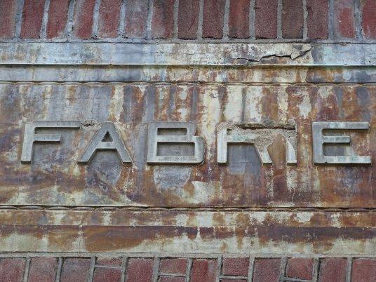 Steenreliëf 'Fabriek' Gordijnenfabriek Wild & Haldebeck, detail Foto: Sebas Baggelaar