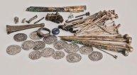 Inhoud van de 'schatbuidel', met de handelsvoorraad van een (haar)speldenmaker. Foto: A. Dekker.