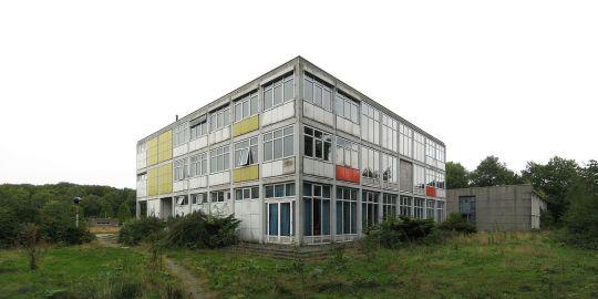 De voormalige Rijksluchtvaartschool in Eelde in 2013