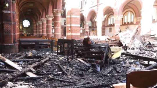 Het verbrande interieur van de Sint-Corneliuskerk in Limmen