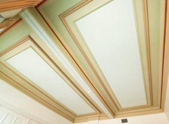 Het plafond van de huidige koffiekamer is inmiddels geschilderd in de oorspronkelijke kleuren