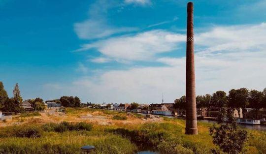 De schoorsteen bij het Noord-Hollandsch Kanaal in Alkmaar herinnert aan de Stoom-, Wasch- en Strijkinrichting van de firma Krom