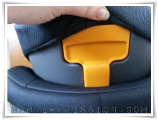Easy adjustable headrest by pushing this button.