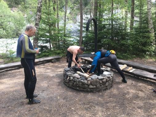 Dietmar kümmert sich ums Feuer:...