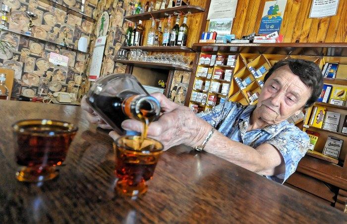 15 juillet. Au Vanneau, Marinette accueille tous les consommateurs, habitués ou de passage avec un large sourire. À 80 ans, elle y sert toujours avec autant de joie et de régularité cette étonnante Sève feu de joie, une liqueur oubliée à base de cognac et d'amande. @ Eric Pollet