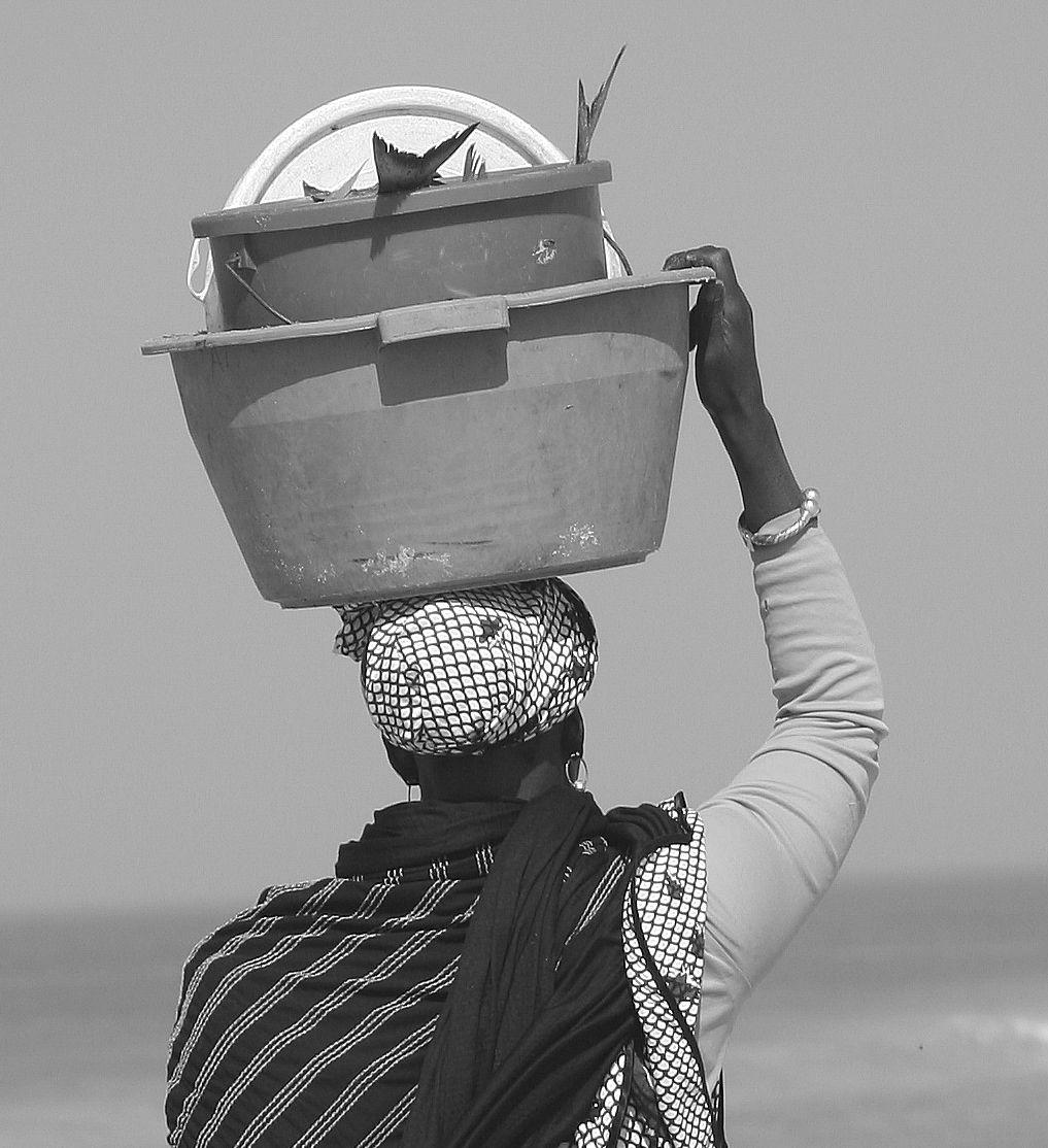 Mauritanian_woman_with_fish