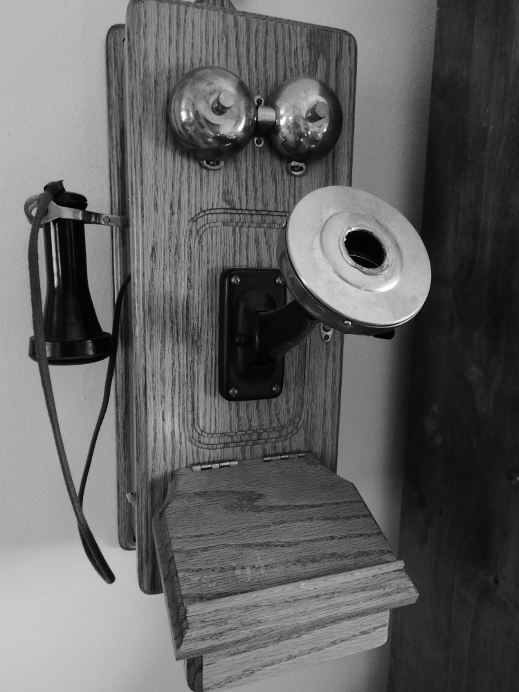 Antique telephone © 2018 ericarobbin.com | All rights reserved.