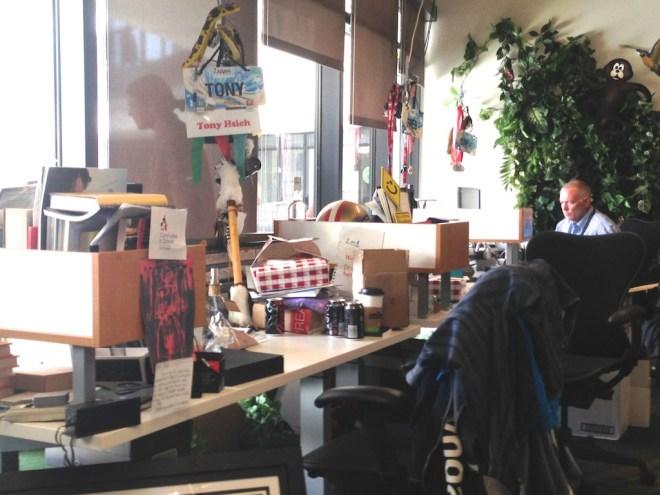 zappos-tony-hsieh-desk