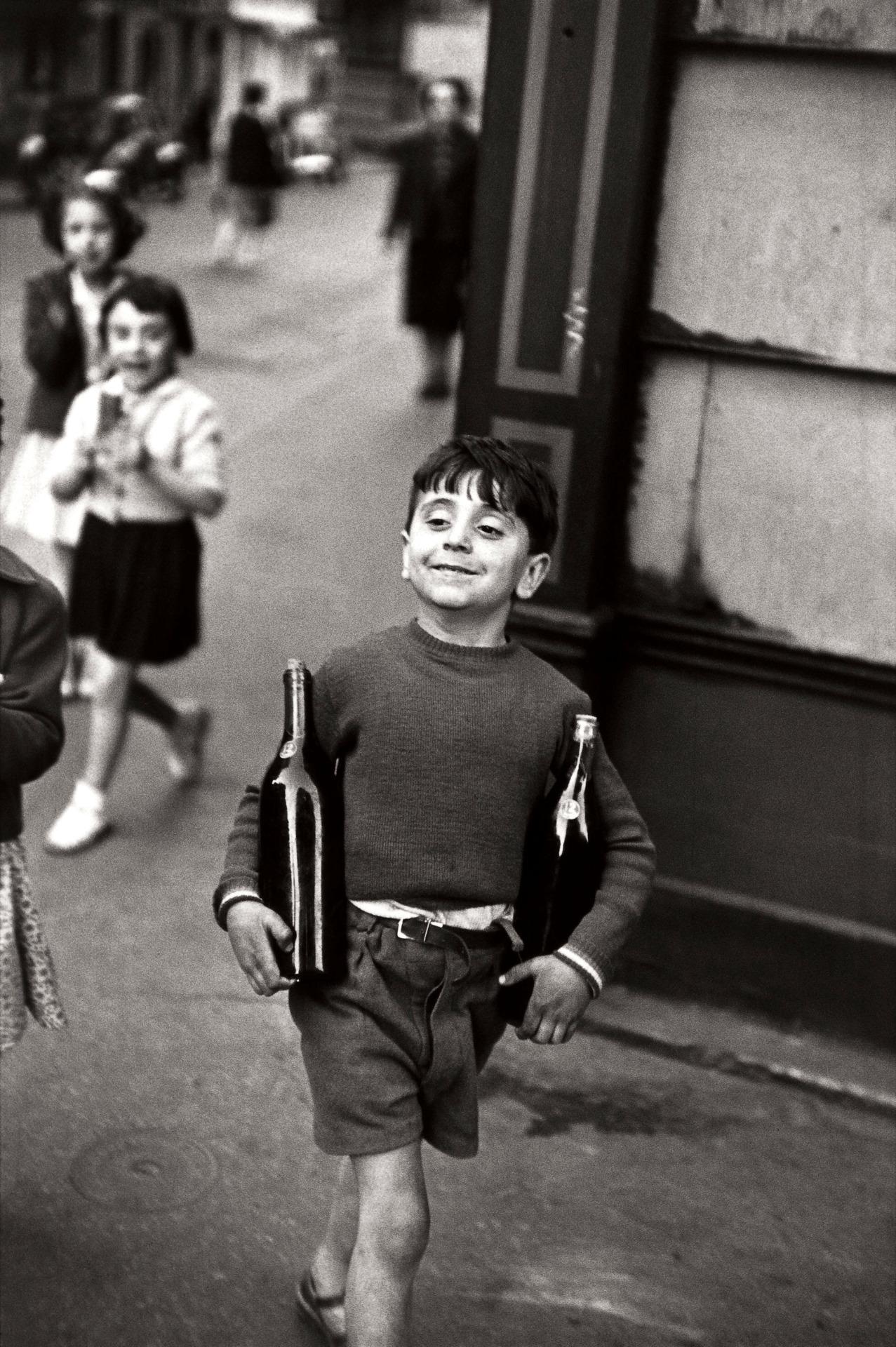 Henri Cartier Bresson, Child holding two bottles of wine. Rue mouffetard