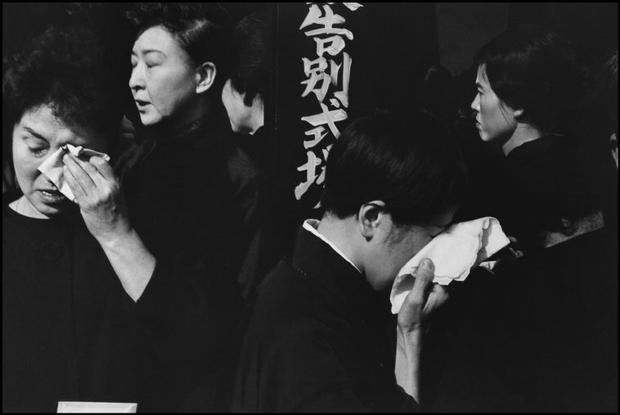 Henri Cartier-Bresson. JAPAN. Tokyo. A farewell service for the late actor Danjuro held on November 13th 1965 at the Aoyama Funeral Hall (according to Shinto rites). 1965.