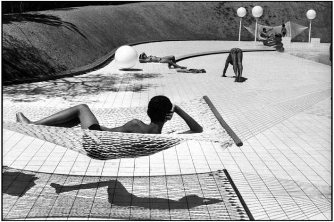 Photo by Martine Franck, Provence-Alpes-Côte d'Azur region. Town of Le Brusc. Pool designed by Alain Capeilleres, 1976. © Martine Franck / Magnum Photos