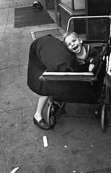 Helen Levitt / New York, c.1940 (baby carriage)