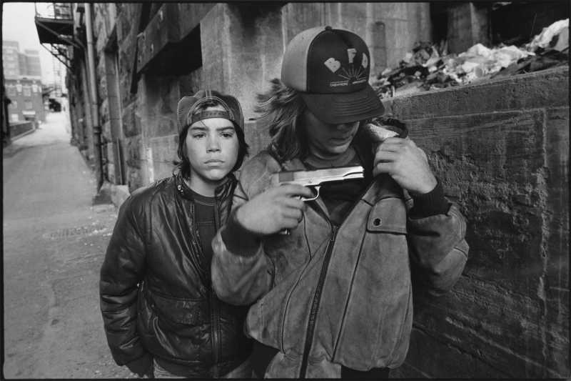 """Rat"" and Mike with a gun, Seattle, Washington, 1983 / Mary Ellen Mark"