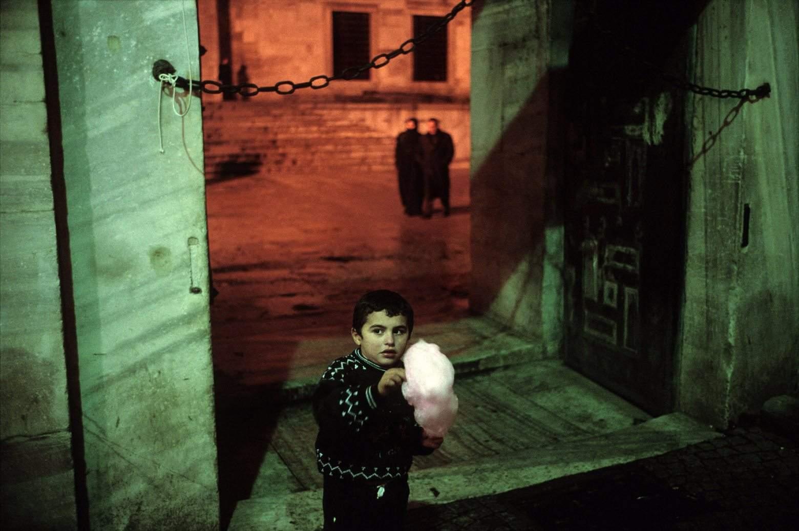 TURKEY. Istanbul. 2001. Outside of the Blue Mosque during Ramadan. (c) Alex Webb / Magnum Photos