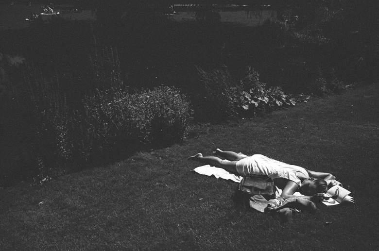 eric-kim-street-photography-europe-2015-trix1600-leica-35mm-black-and-white-1044
