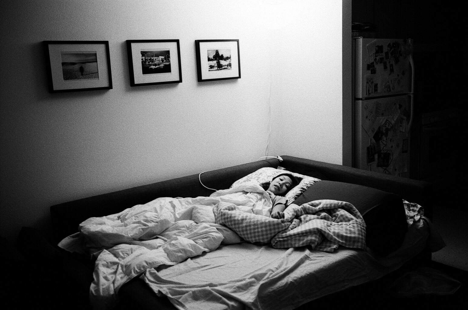 eric-kim-photography-cindy-project-black-and-white-6-couch-bed-living-room-berkeley