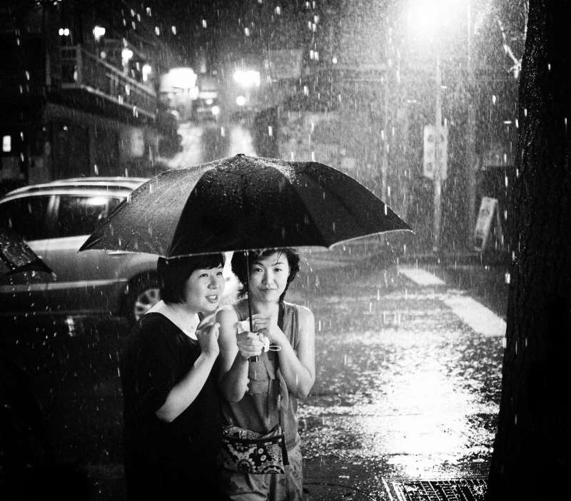 Two girls in the rain. Seoul, 2009 / Canon 5D