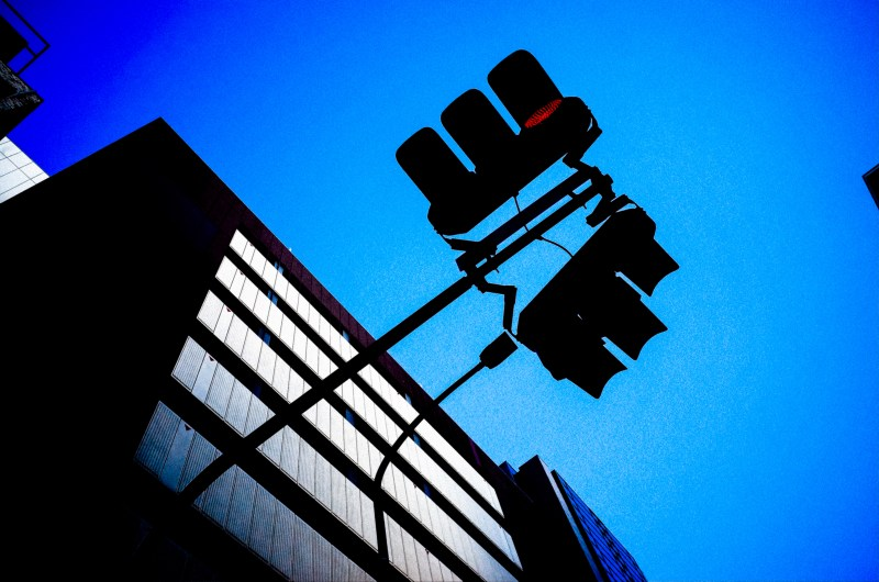 Looking up, diagonal composition. Traffic light. Kyoto, 2017