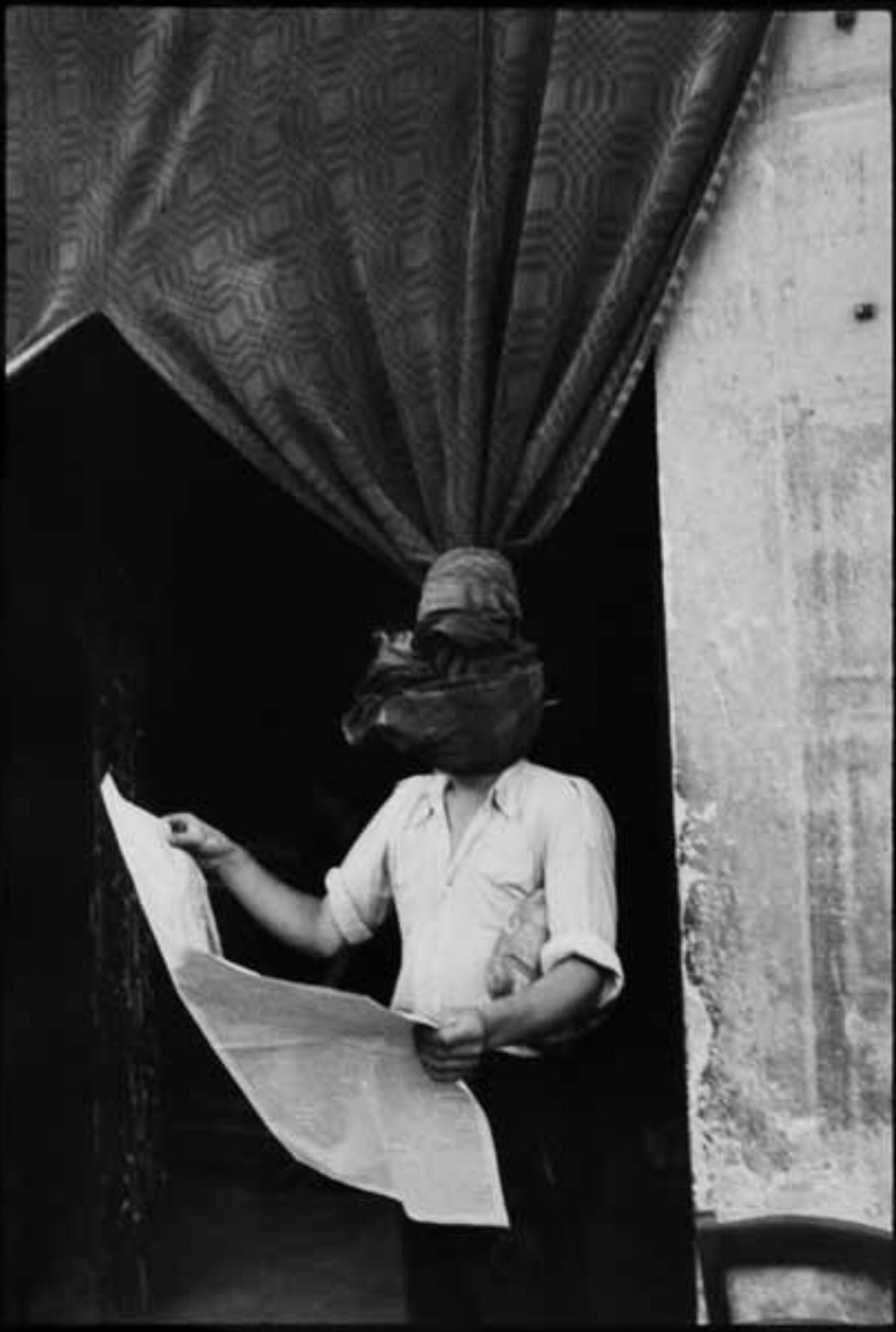 Henri Cartier Bresson, the knot overlapped with the head of the man.