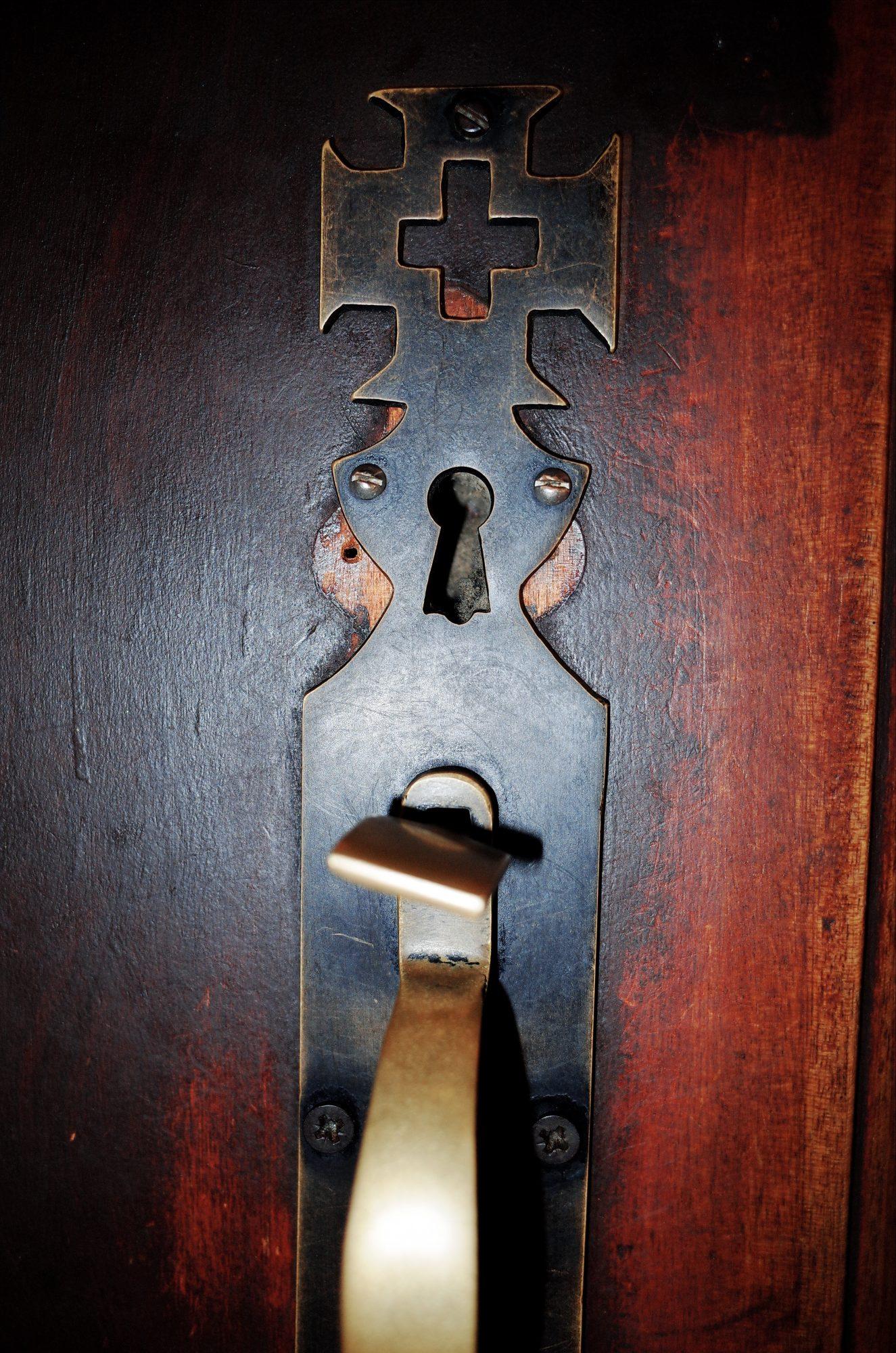 Door handle to church. Lisbon, 2018