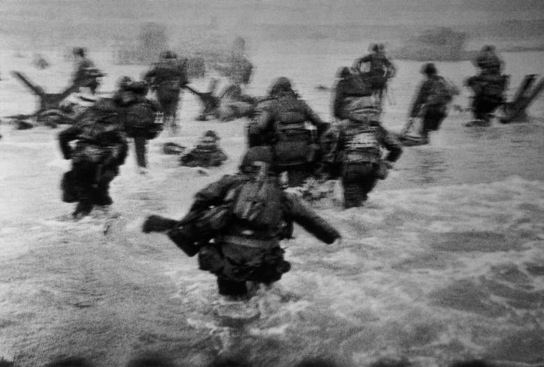 robert capa FRANCE.-Normandy.-June-6th-1944.-Landing-of-the-American-troops-on-Omaha-Beach..jpg