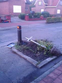 De paal, met betonblok, werd vlot meegenomen tot in het midden van de straat