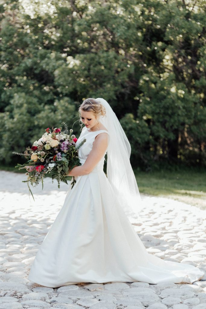 Wedding bouquet ideas, simple wedding dress
