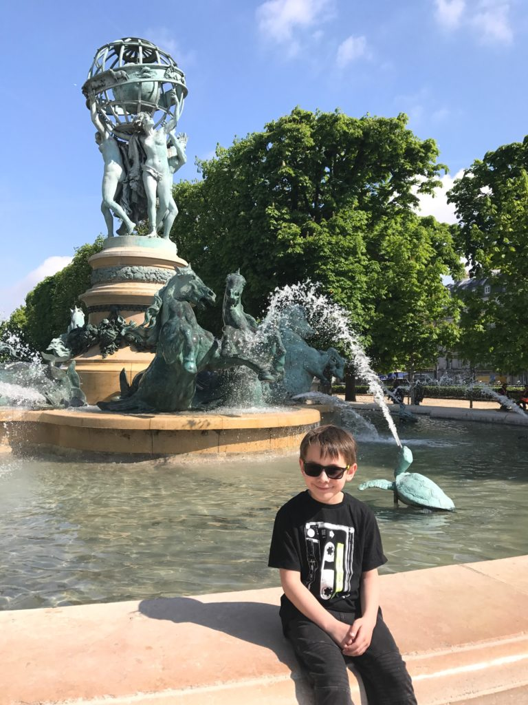 paris with kids - jardin du luxemburg fountain
