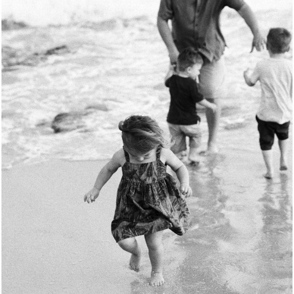 Black and white beach family photos on Kauai. Photos by Erin Gregerson
