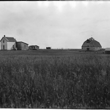 Wm. Notman & Son. Mackie's farm, North Battleford, SK, 1920, 1920. Silver salts on film, (20 x 25 cm). McCord Museum VIEW-8549