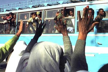 Eritreans crossing Ethiopian border