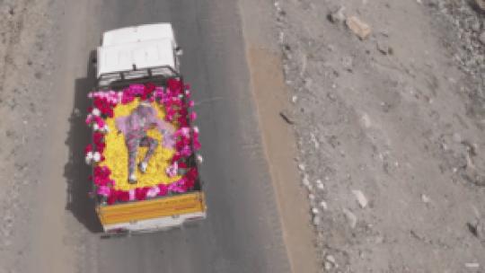 M.I.A. cubierta con un velo y rodeada de flores... ¿dónde hemos visto esto antes?