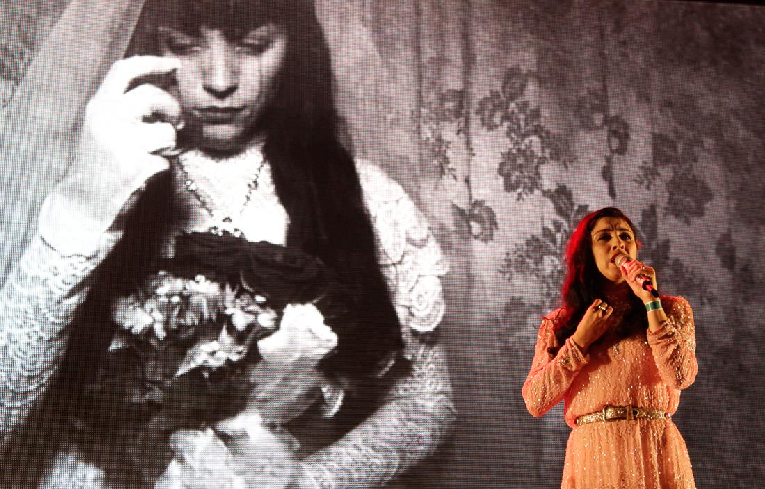Mon Laferte apoya protestas en Chile cantando Violeta Parra