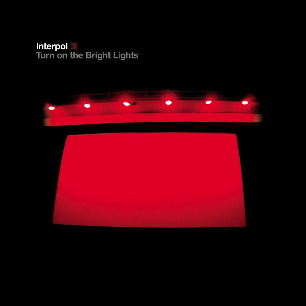 Interpol tocando el Turn On The Bright Lights