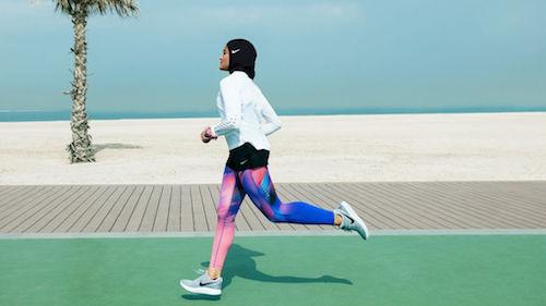 Deportista usando el hiyab de Nike
