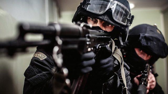 El swatting consiste en hacer advertencias falsas para inculparte de crimenes y ser emboscado por fuerzas policiacas especiales