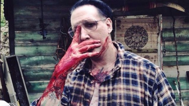 Así se ve Marilyn Manson en Let Me Take You a martyr