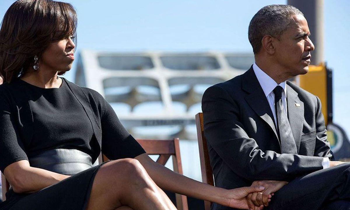 El famoso fotógrafo Pete Souza se burla de Trump al publicar una foto de Obama y Michelle tomados de la mano