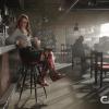 Melissa Benoist como Kara Danvers, Supergirl, usando las botas de la Mujer Maravilla