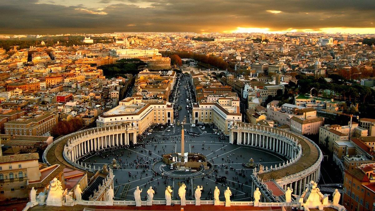 Vaticano bajo escándalo por orgía y acusación de pederestia