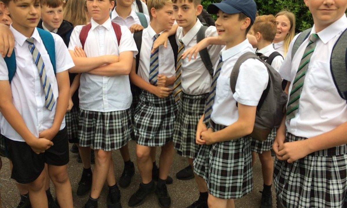 Por intensa ola de calor, niños de Gran Bretaña acuden a la escuela en faldas