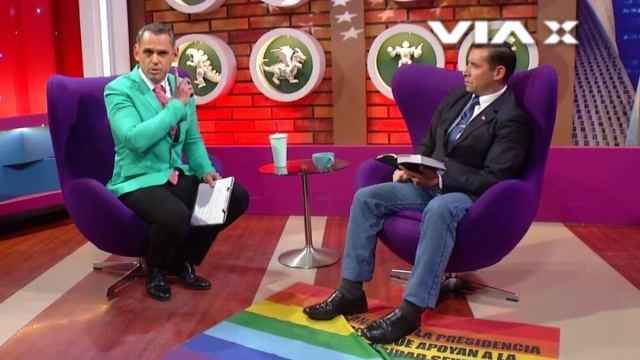 Pastor evangélico pisotea la bandera LGTBI durante una entrevista en Chile