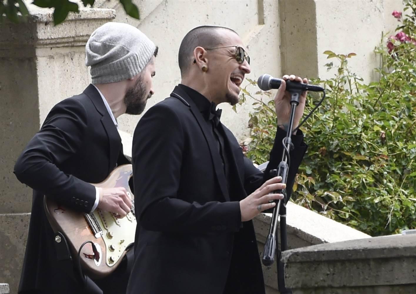Chester cantando en el funeral de Chris