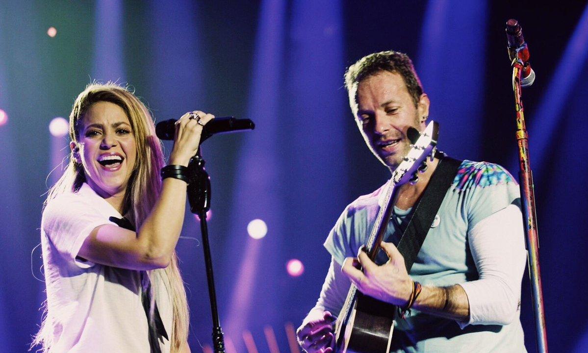Chris Martin canta Chantaje con Shakira