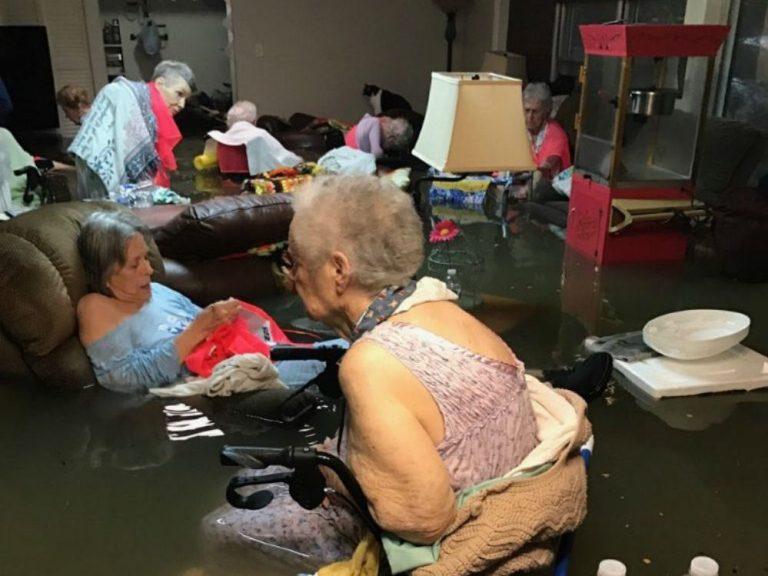 Inundación en casa hogar para personas mayores durante huracán Harvey